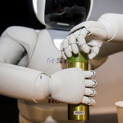 01-all-new-asimo-demo-opening-bottle.jpg