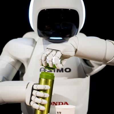 04-all-new-asimo-demo-opening-bottle.jpg