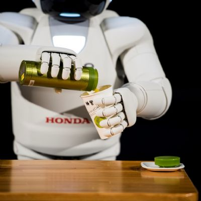 05-all-new-asimo-demo-pouring-drink.jpg